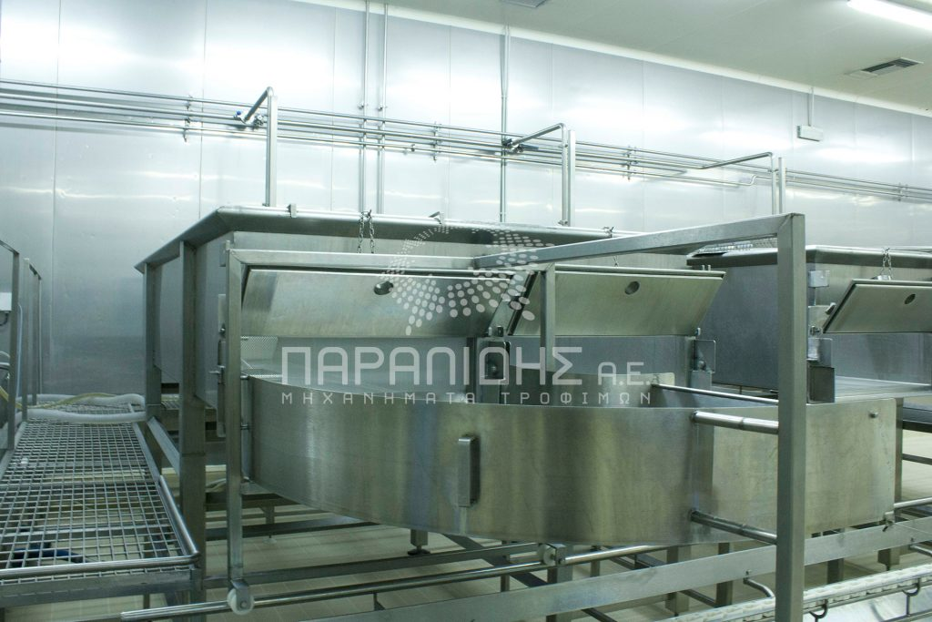 Cheese tank for cheese coagulation